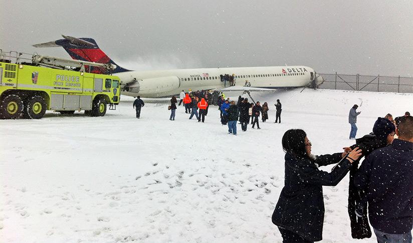Delta Air Lines Flight 1086 Evacuation© Leonard J. DeFrancisci | Wikimedia CC-BY-SA 4.0